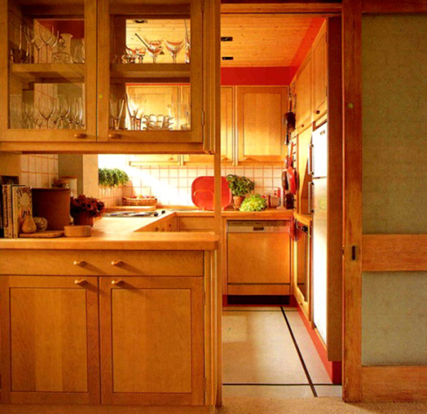 дверь на маленькой кухне
