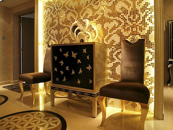 Золотая мозаика в интерьере гостиной