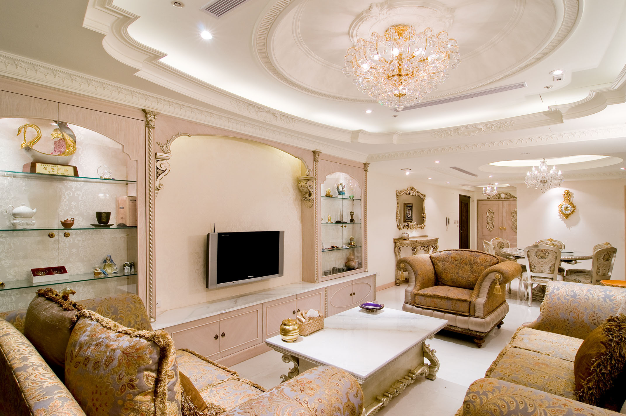 _Beautiful_ceiling_in_the_living_room_091278_