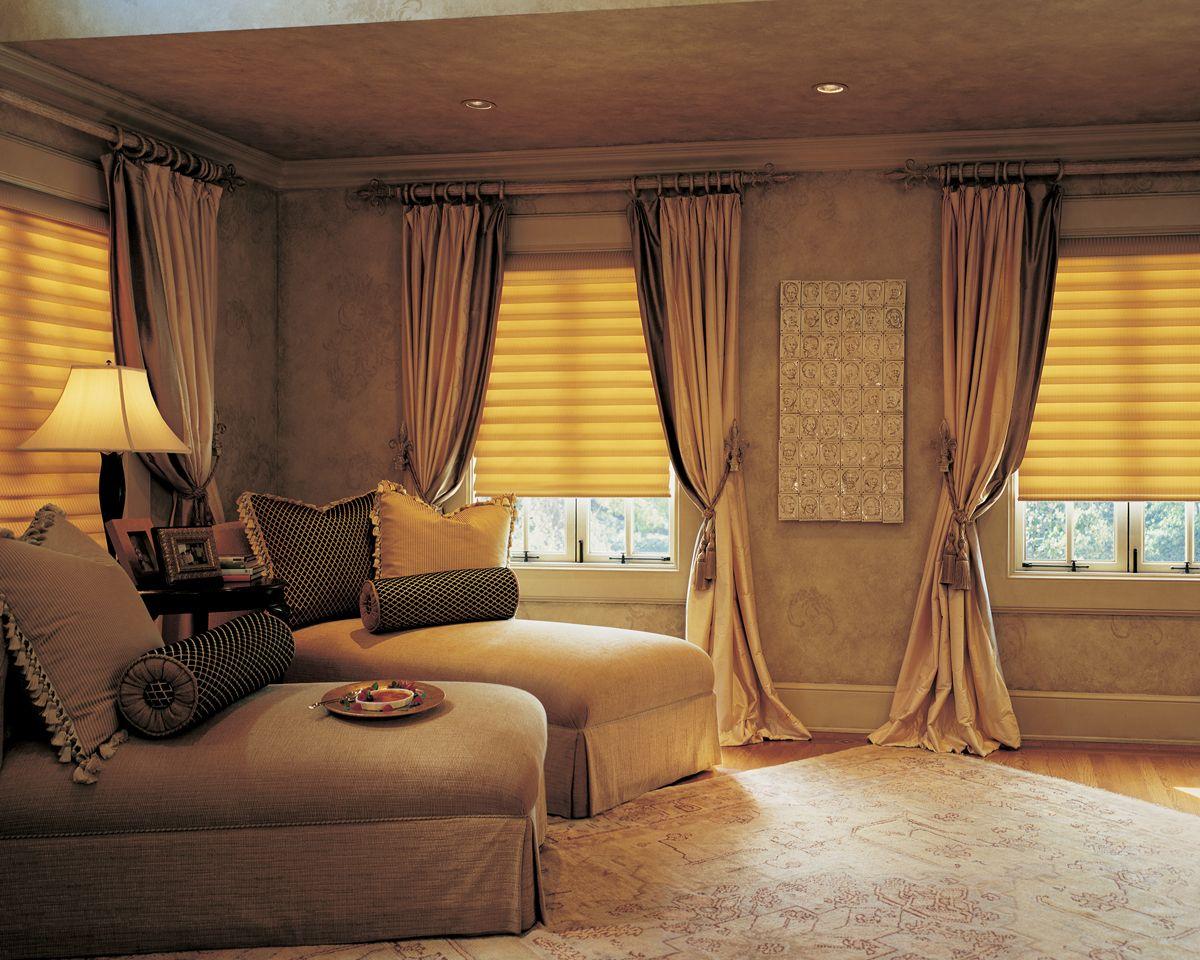 Длинные шторы визуально поднимают высоту потолка